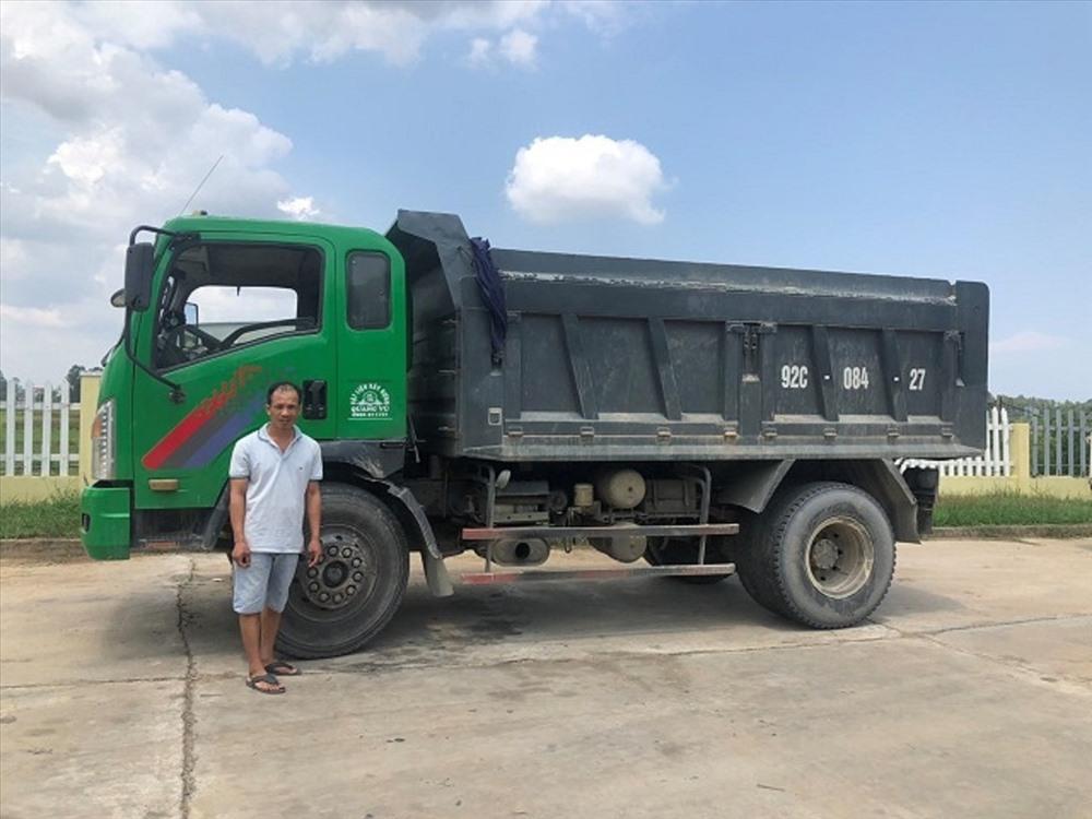 Tài xế Nguyễn Văn Phương và phương tiện gây tai nạn. Ảnh: Công an cung cấp