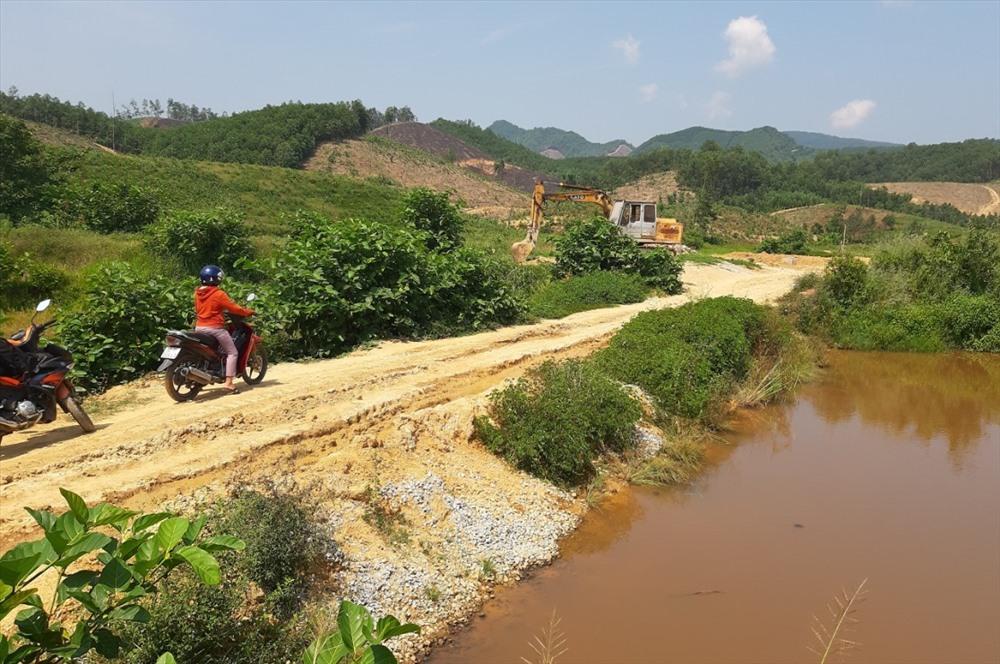 Tuyến đường nối từ đường ĐH4 đến Hố Dâu (thôn Xuân Hòa) đã làm mặt bằng khá lâu nhưng đến nay chưa đổ bê tông. Ảnh: H.A
