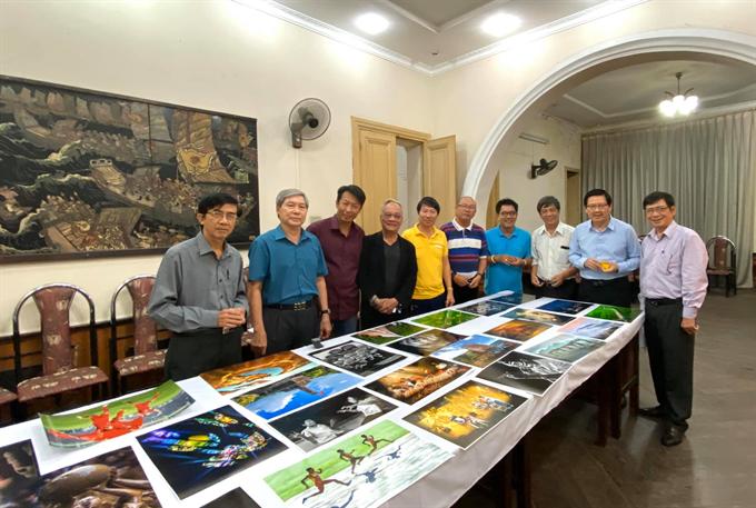 Hội đồng họp xét giải thưởng xuất sắc về tác phẩm ảnh (nguồn ảnh: NSNA Nguyễn Dần).