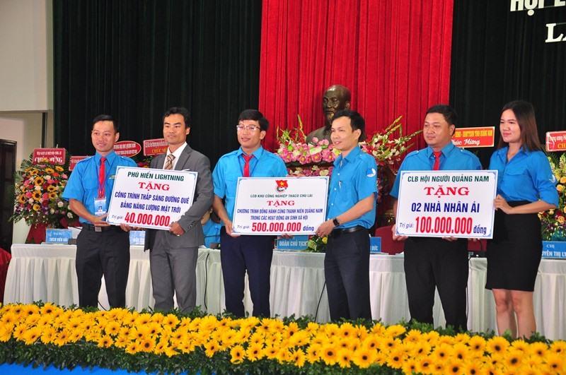 Ban Thường trực Ủy ban Hội LHTN Việt Nam tỉnh khóa VII tiếp nhận bảng tượng trưng hỗ trợ kinh phí thực hiện các công trình, phần việc thanh niên. Ảnh: V.A