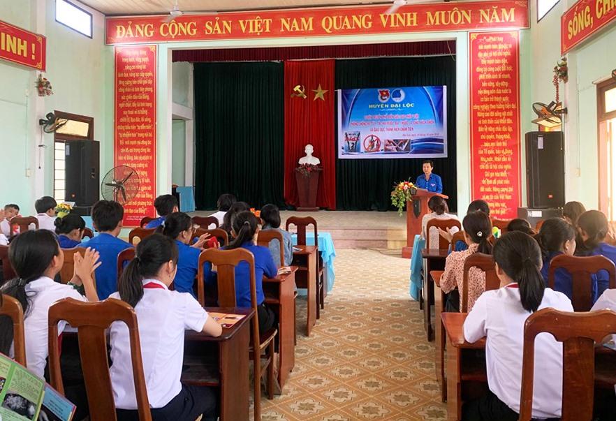 Tuyên truyền pháp luật cho học sinh, đoàn viên thanh niên huyện Đại Lộc. Ảnh: THÁI CƯỜNG
