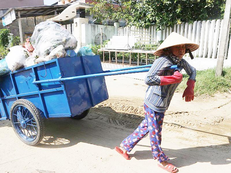 Hàng ngày có từ 1 - 3 chuyến xe rác được chị Út kéo bộ gần 1km đến điểm tập kết để xử lý. Ảnh: T.MAI