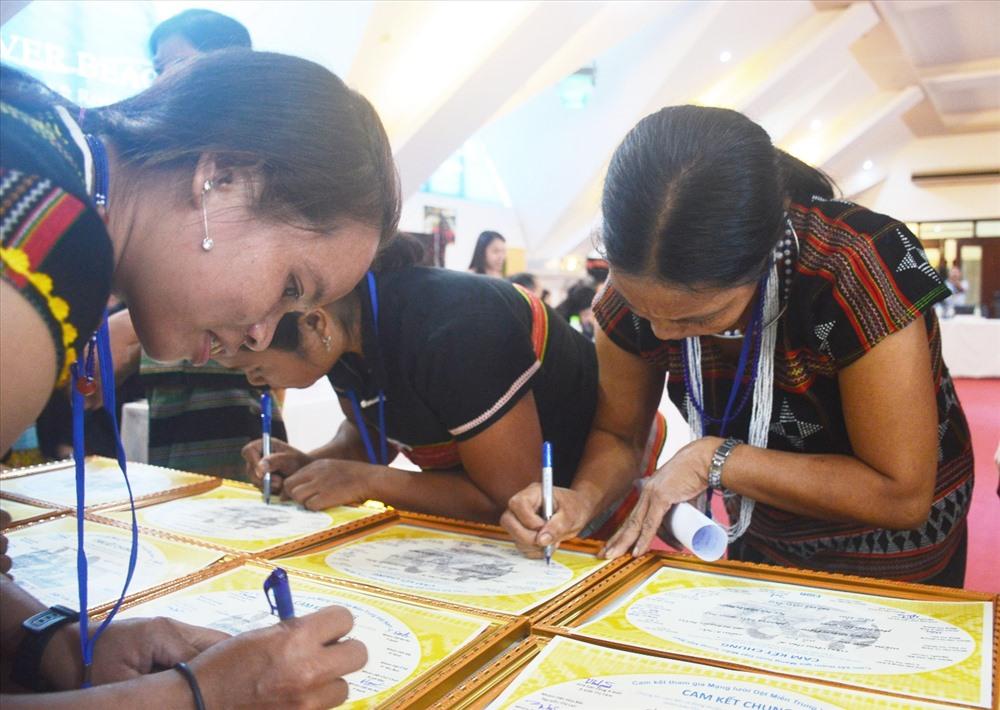 Các nghệ nhân ký cam kết tham gia hoạt động mạng lưới dệt thổ cẩm miền Trung - Tây Nguyên. Ảnh: Q.T