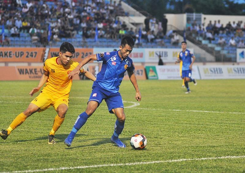 Hà Minh Tuấn (phải) vẫn còn cơ hội khoác áo đội tuyển trong thời gian tới. Ảnh: A.N