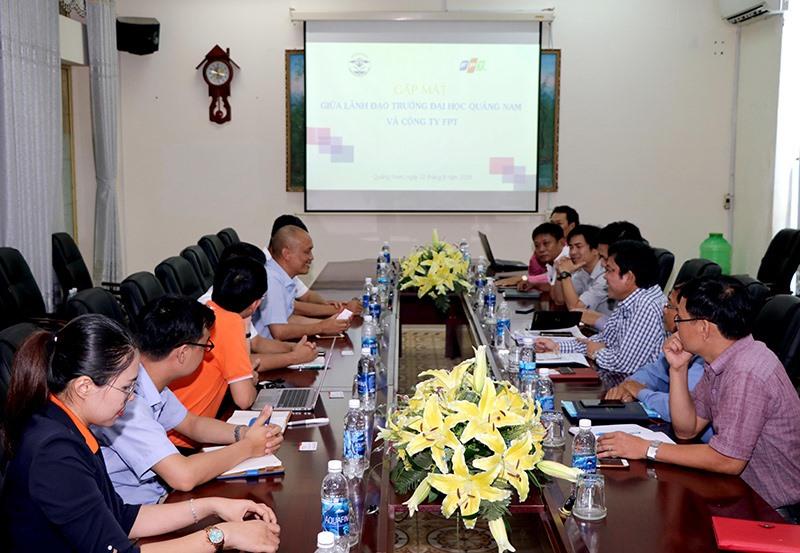Trường Đại học Quảng Nam làm việc với Công ty CP FPT về hợp tác đào tạo. Ảnh: N.L