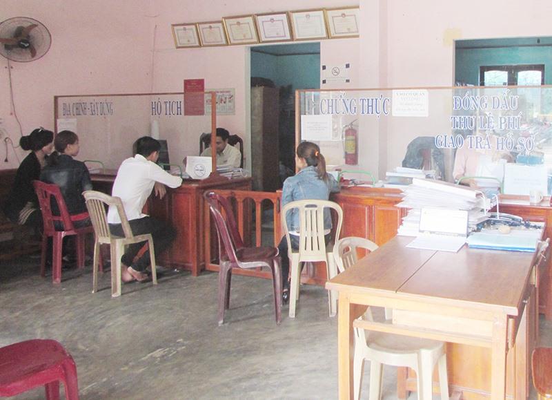 Bộ phận tiếp nhận và trả kết quả theo cơ chế một cửa ở huyện Núi Thành. Ảnh: VĂN PHIN