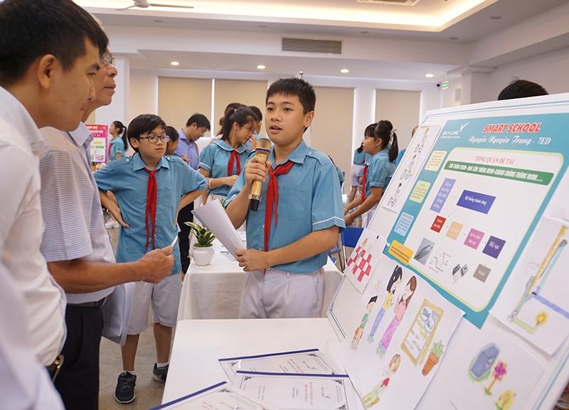 """Tác giả Nguyên Trung lớp 7 Sky-Line trình bày dự án """"Trường học thông minh"""". Ảnh: QUẾ LÂM"""