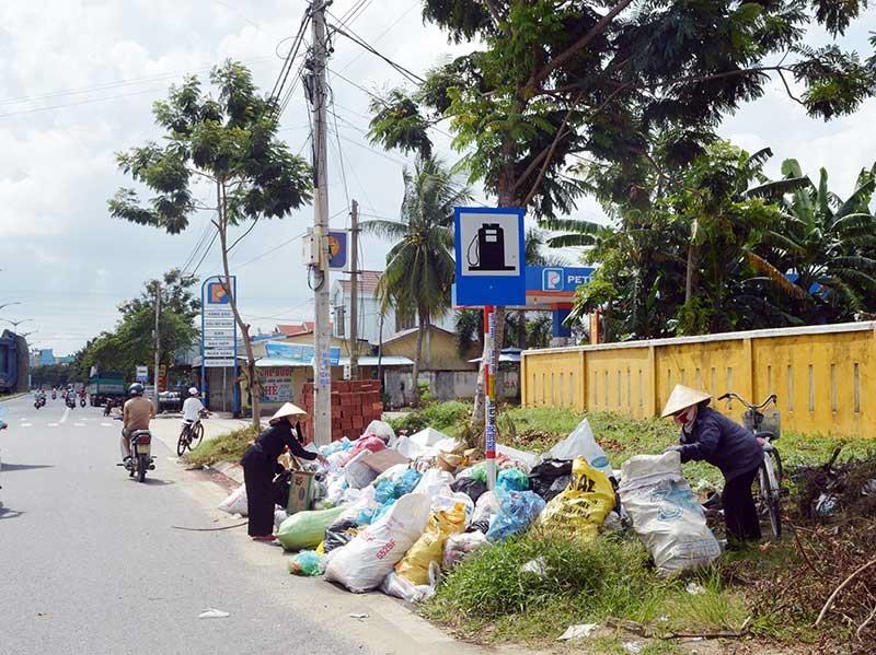 Rác tràn ngập trên các tuyến đường của Điện Bàn. Ảnh: G.K