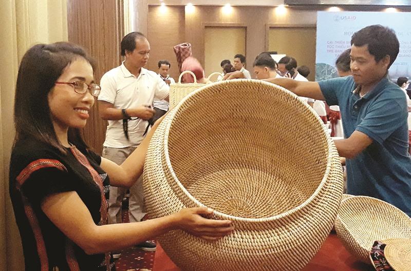 Các huyện miền núi đang được dự án Trường Sơn Xanh tài trợ thực hiện dự án phát triển sinh kế bản địa sử dụng mây tre đan thủ công, giảm thiểu ô nhiễm rác thải nhựa.