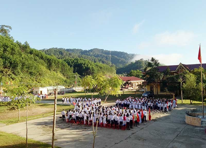Dù trường lớp khang trang, có chế độ bán trú nhưng một số học sinh trường THPT Tây Giang vẫn không chịu đi học. Ảnh: Đ.H