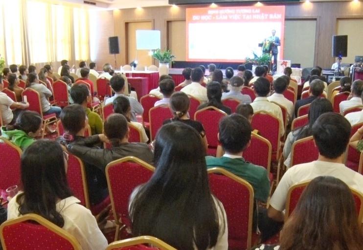 Đông đảo phụ huynh và học sinh tham dự hội thảo. Ảnh: Đ.ĐẠO
