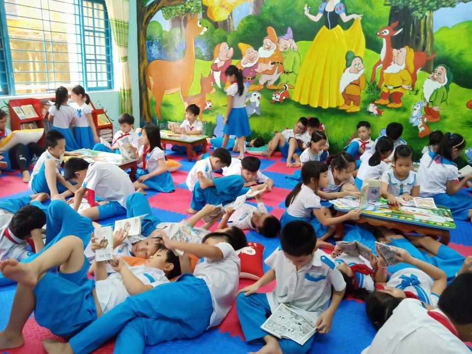 Học sinh Trường Tiểu học Trần Quốc Toản đọc sách ở thư viện trường. Ảnh: C.N