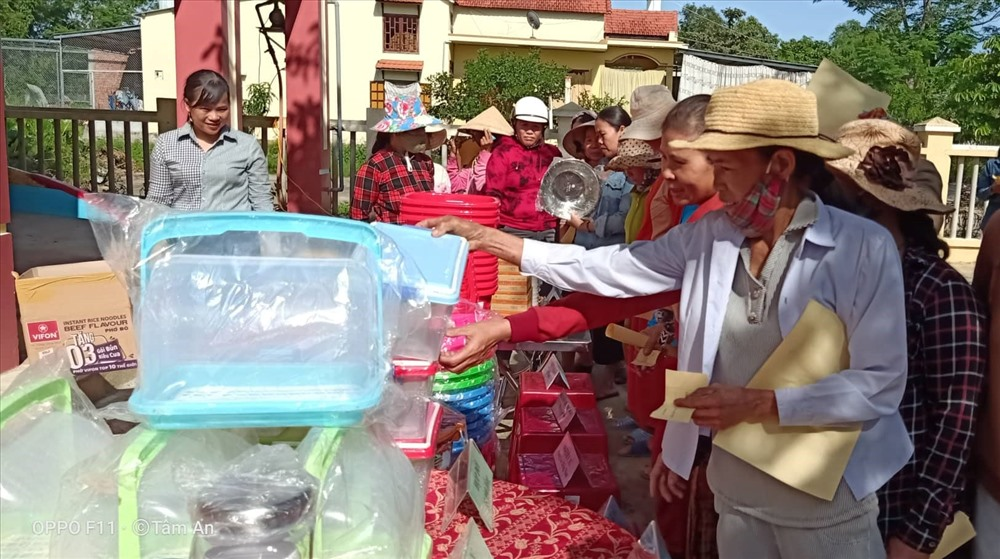 Chị em phụ nữ đổi chất thải rắn lấy sản phẩm gia dụng. Ảnh: M.L