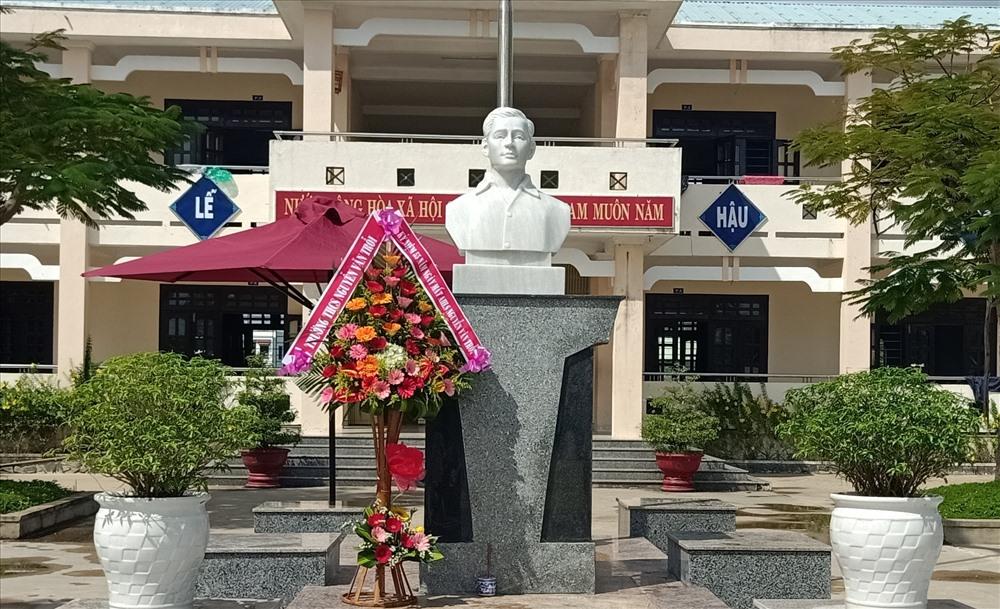Tượng bán thân anh hùng liệt sĩ Nguyễn Văn Trỗi được đặt trang trọng tại Trường THCS Nguyễn Văn Trỗi. Ảnh: B.T