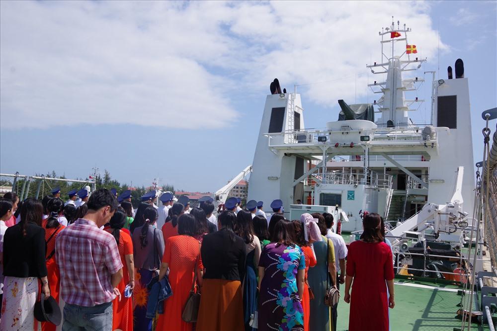 Giáo viên và học sinh Trường THCS Lý Tự Trọng tham quan tàu cảnh sát biển. Ảnh: C.D