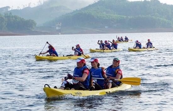 Đua thuyền Kayak trên hồ Phú Ninh. Ảnh: K.LINH