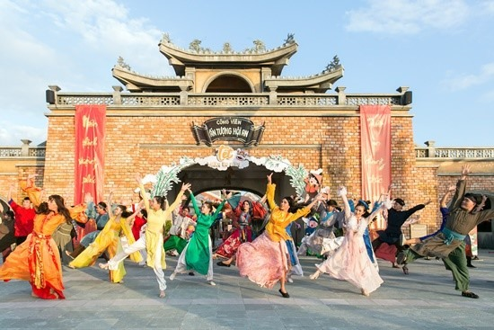 Attractive programs in Hoi An Impression Theme Park.