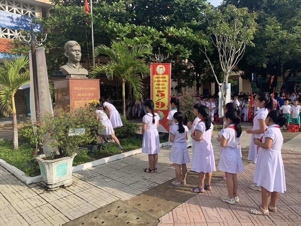 Học sinh viếng hương tượng đài anh hùng liệt sĩ Nguyễn Văn Trỗi. Ảnh: T.V