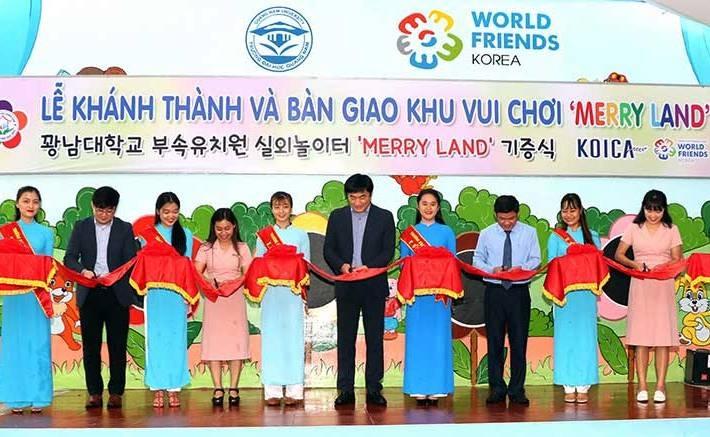 """Đại diện KOICA và Trường Đại học Quảng Nam cắt băng khánh thành, bàn giao khu vui chơi """"Merry Land"""". Ảnh: ÁNH MINH"""