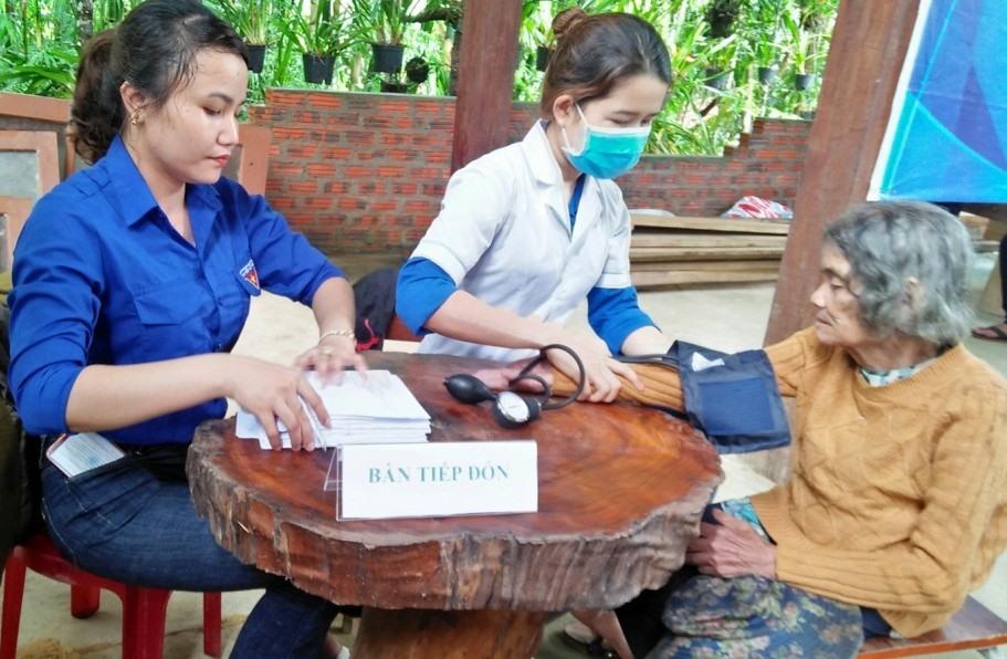 Khám bệnh cho người dân xã Trà Mai. Ảnh: L.T
