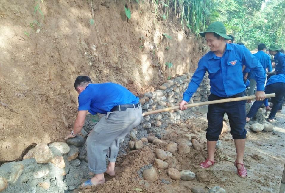Đắp bờ kè đá đường dẫn vào làng Tak Chươm. Ảnh: L.T