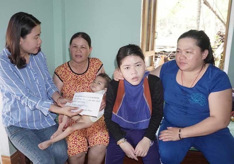 CTV Như Trang (bìa trái) trao tiền hỗ trợ trường hợp đăng trên mục Địa chỉ từ thiện của báo Quảng Nam. Ảnh: N.V.C.C