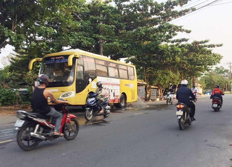 Xe buýt tuyến Tam Kỳ - Đà Nẵng đậu đỗ trên lòng đường Phan Chu Trinh, TP.Tam Kỳ để rửa xe. (Ảnh chụp lúc 16 giờ ngày 1.10.2019). Ảnh: LAN HUY
