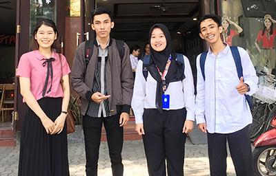 Ba sinh viên Indonesia (phải sang) đến trao đổi học tập tại Trường đại học Duy Tân từ tháng 8.2019: Ảnh: N.T.B