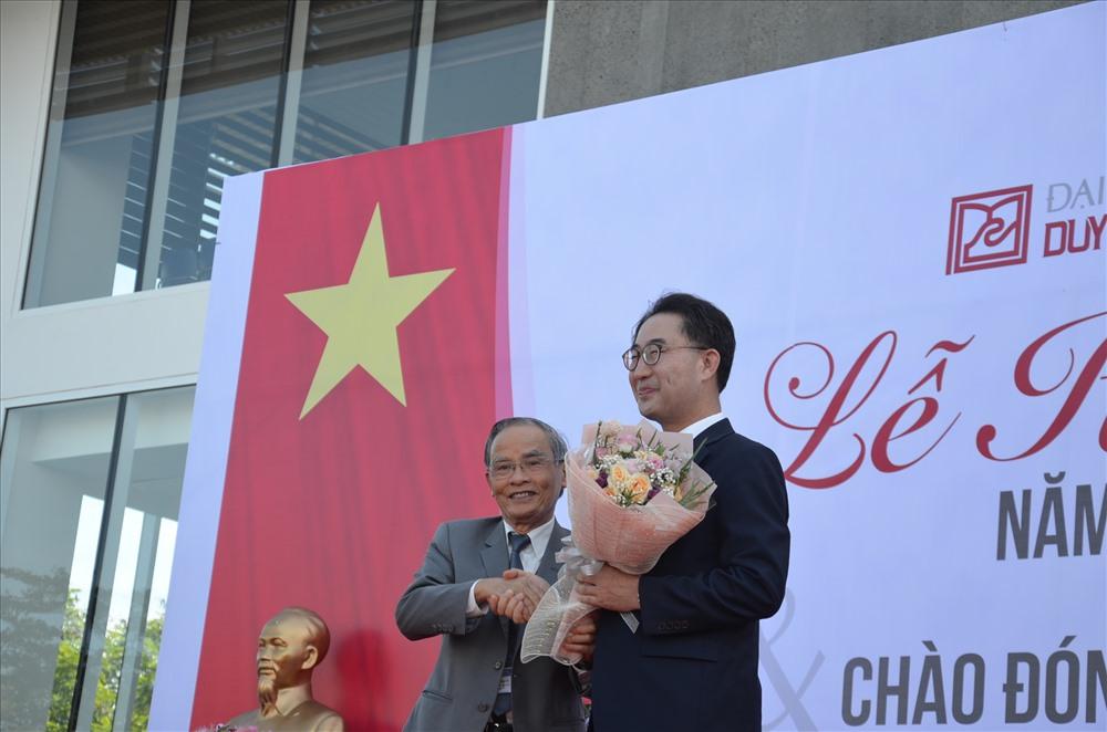 """Nhà giáo ưu tú Lê Công Cơ - Chủ tịch Hội đồng quản trị Trường Đại học Duy Tân chúc mừng GS-TS. Lim Sang Taek đoạt giải thưởng """"Thành tựu cuộc đời"""" của Tổng thống Hàn Quốc trao tặng. Ảnh: Q.L"""