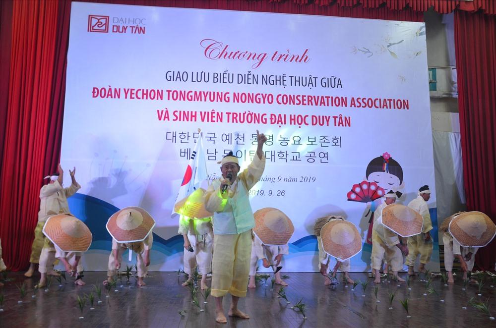 Tiết mục múa hát về cây lúa do Đoàn nghệ thuật Hàn Quốc biểu diễn. Ảnh: Q.L