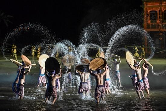 Ký ức Hội An là show diễn kết hợp cùng nghệ thuật, trang phục và âm thanh, áng sáng...
