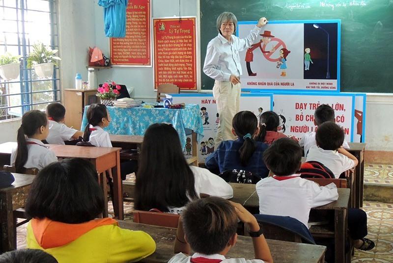 Hướng dẫn học sinh cách phòng chống xâm hại. Ảnh: LAN NHI