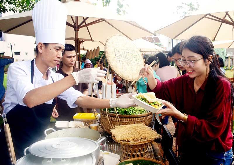 Các sự kiện, lễ hội ẩm thực là cơ hội để nâng cao tay nghề, quảng bá rộng rãi ẩm thực địa phương đến du khách gần xa. Ảnh: Q.T