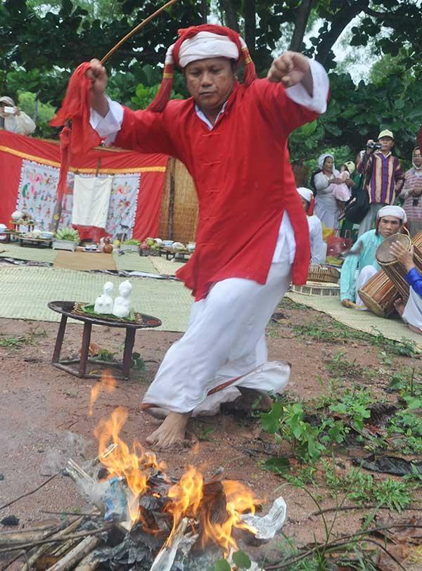 Múa roi hay múa đạp lửa của dân tộc Chăm tại Mỹ Sơn.