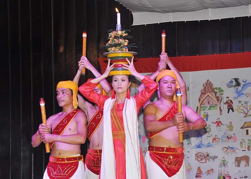 Múa dâng lễ trong lễ hội Ka Tê được trình diễn tại nhà biểu biễn Mỹ Sơn.