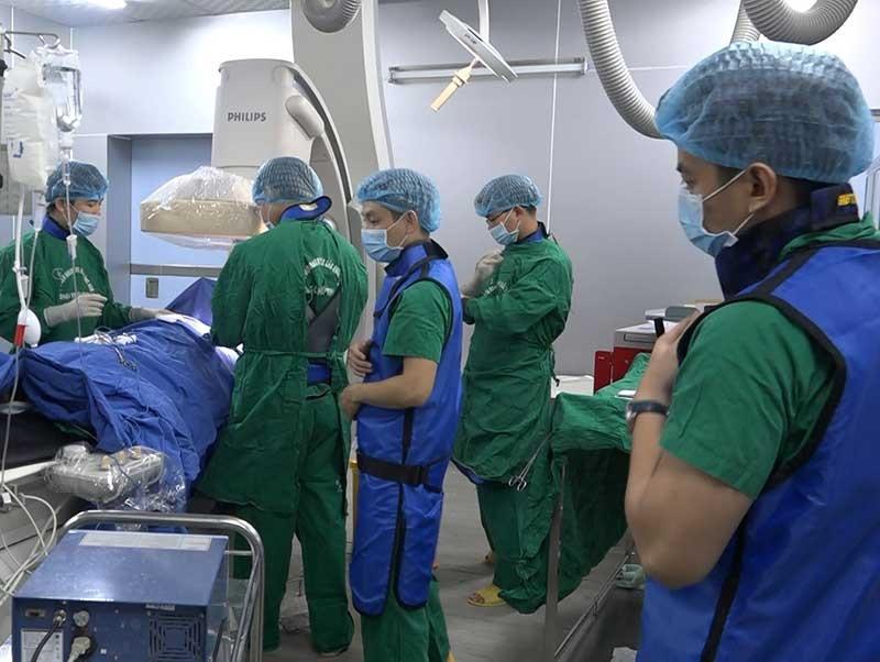 BVĐK Khu vực miền núi phía Bắc đảm bảo nhân lực thực hiện các kỹ thuật cao trong điều trị bệnh nhân. Ảnh: L.P.L.N