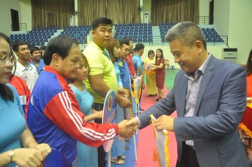 Ông Vũ Xuân Thành - Phó Vụ trưởng Vụ Thể thao thành tích cao (Tổng cục TD-TT) tặng cờ lưu niệm cho các đoàn. Ảnh: T.V