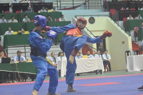 VĐV Nguyễn Miên của Quảng Nam (bên phải) thi đấu xuất sắc trong trận chung kết và giành huy chương vàng. Ảnh: T.V