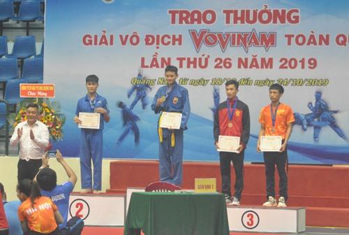 Trao huy chương cho các nội dung thi đấu xong trong ngày đầu tiên của giải. Ảnh: T.V