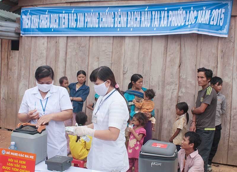 Tiêm vắc xin là cách tốt nhất để phòng ngừa bệnh bạch hầu. TRONG ẢNH: Chiến dịch tiêm vét vắc xin đã được tổ chức tại các huyện miền núi của tỉnh.