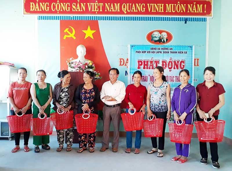 Xã Hương An tặng giỏ xách đi chợ cho người dân để thay thế túi ny lon. Ảnh: T.L