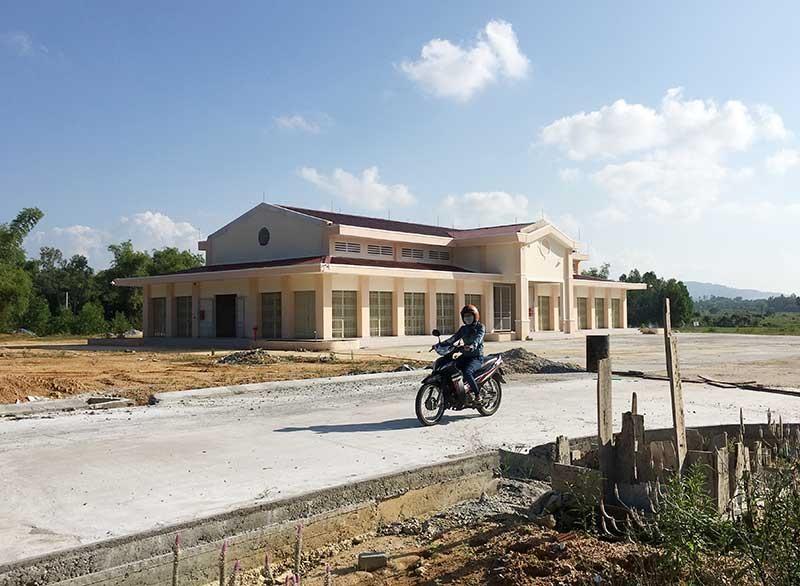 Công trình chợ trung tâm huyện Phú Ninh đang được đầu tư xây dựng hoàn thiện sẽ đáp ứng nhu cầu mua bán, giữ gìn vệ môi trường, an toàn giao thông ở trung tâm thị trấn Phú Thịnh.