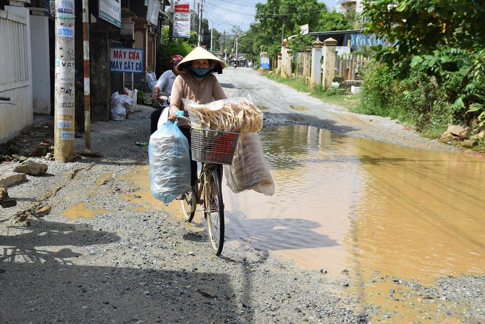 Người dân đi lại rất khó khăn khi trời mưa xuống. Ảnh: HOÀI AN