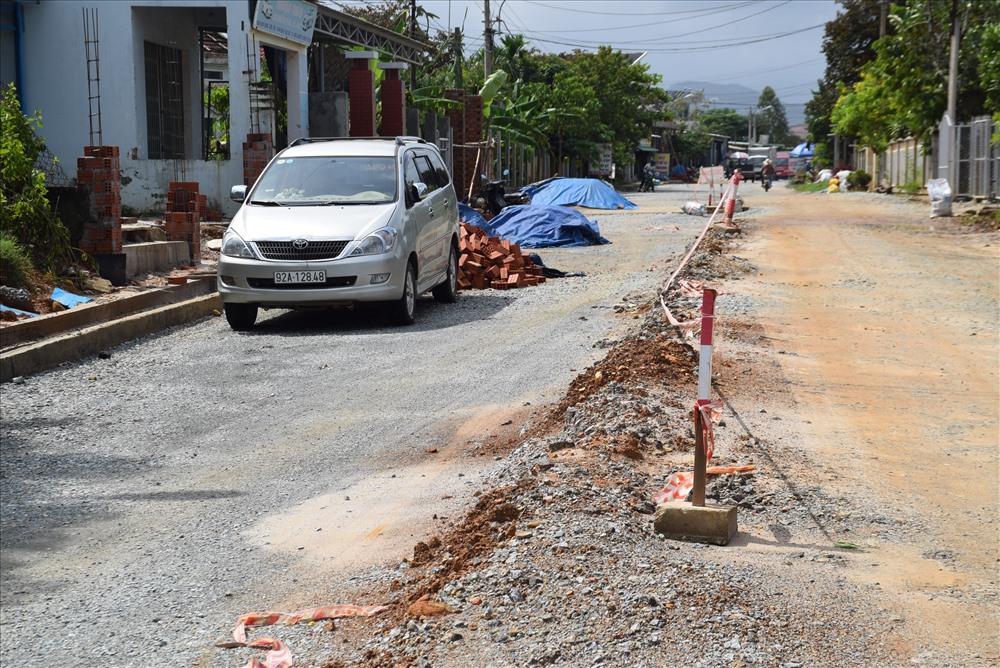 Mặt đường cao thấp cùng với việc người dân đổ vật liệu xây dựng dưới lòng đường rất nhếch nhác. Ảnh: HOÀI AN
