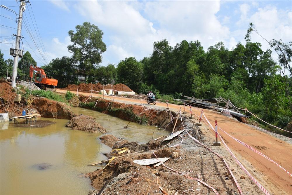 Đường, cầu tạm trên tuyến ĐH3 dễ bị sạt lở khi có mưa lớn. Ảnh: HOÀI AN