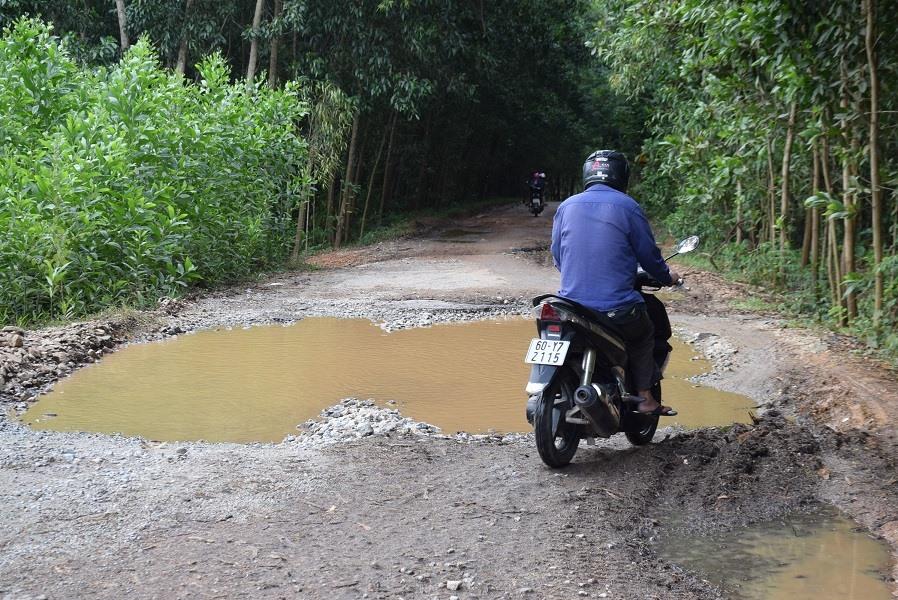 Tuyến ĐH3 đoạn qua xã Tam Thạnh đã xuống cấp nghiêm trọng cũng cần được khắc phục. Ảnh: HOÀI AN