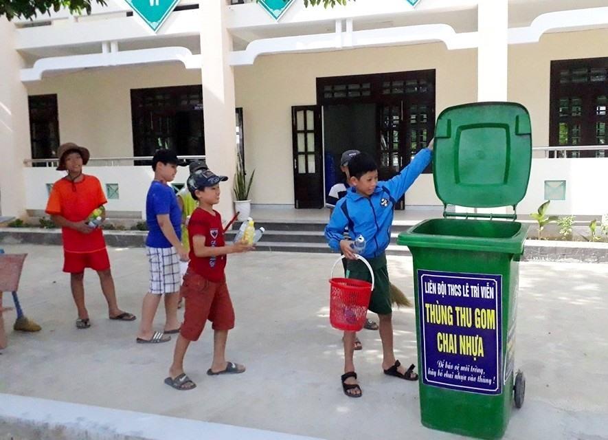 Học sinh Trường THCS Lê Trí Viễn thu gom và phân loại rác thải. Ảnh: B.T