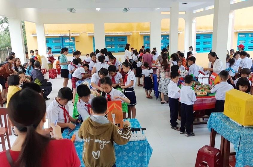 Ngày hội trải nghiệm sáng tạo giúp học sinh Trường Tiểu học Nguyễn Thành Ý nâng cao nhận thức về phòng chống rác thải nhựa. Ảnh: B.T