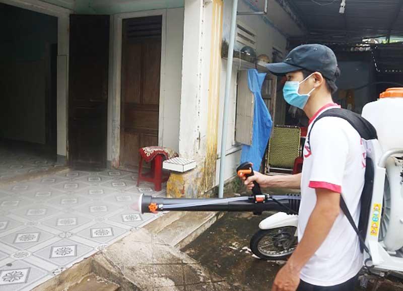 Tổ chức phun tiêu độc khử trùng tại thôn Sơn Viên (xã Duy Nghĩa). Ảnh: T.MAI