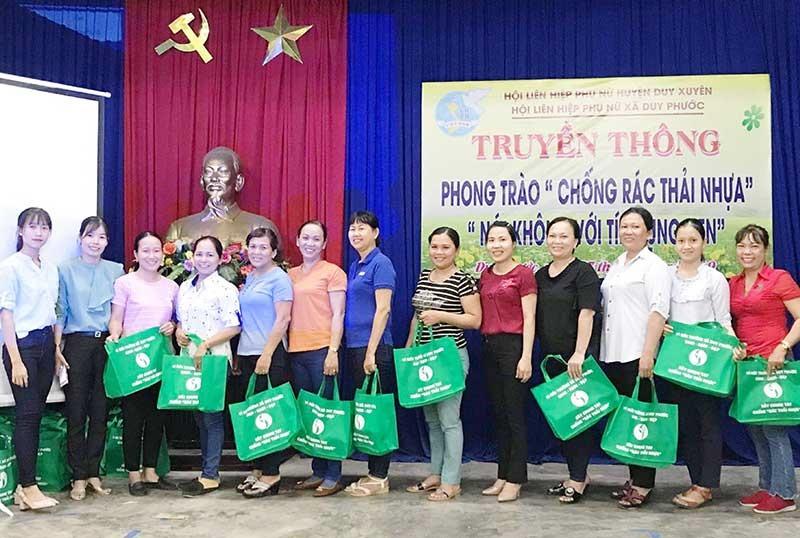 Tặng giỏ xách đi chợ cho hội viên phụ nữ, góp phần hạn chế sử dụng túi ny lon. Ảnh: H.N